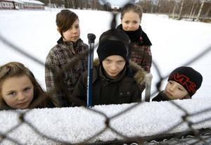ISLÖSA. Moa Aho, Alfred Aho, Elias Hedberg, Alva Åsberg och Alina Aho längtar efter att få åka skridskor. Men kommunen spolar inte upp planen vid skolan i Kungsgården, och nu är föräldrarna trötta på att  behöva tjata varje år.