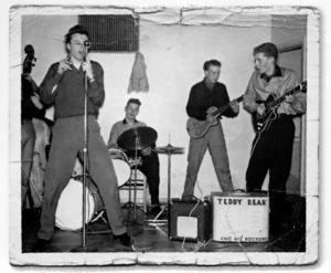 Sten Berglind uppträder med sitt band Teddy Bear And His Rockers på Skallbergets fritidsgård i Västerås 1958.