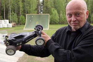 Kent Dahl har byggt en krossbana för radiostyrda bilar på sin täkt i Ede.