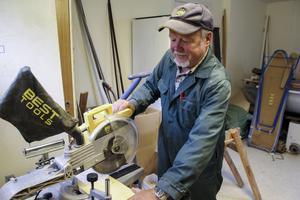 Kjell Söderqvist använder sågen.