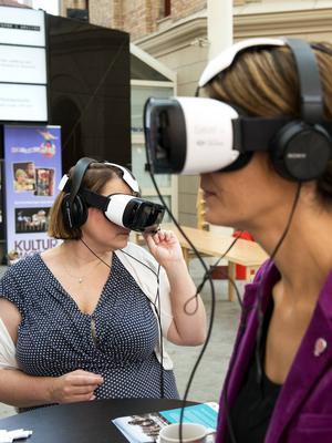 Christiane Rüdiger (V) och Bodil Hansson (S) testade viritual-reality-glasögon när temaveckan Globala Sundsvall startade under måndagen.