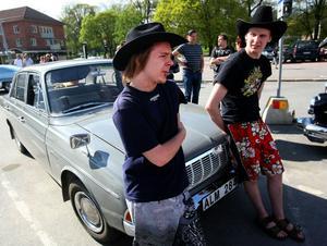 Robert Lindkvist och Oskar Eriksson från Gnarp kom förbi med en Ford Taunus från 1965.