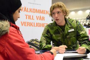 Jobb i armén. – Godkänd gymnasiebehörighet i svenska, matematik och engelska är ett krav för grundläggande militär utbildning, GMU, säger Rickard Pettersten, informatör i Försvaret. Mariam Alnakshabandy ställer frågor och antecknar.
