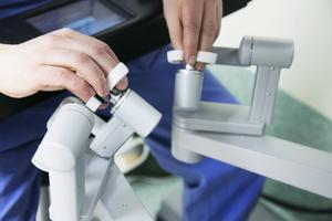 Operationsinstrumenten styrs med hjälp av små handtag.