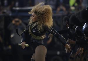Beyoncé framträder på Super Bowl, ett uppträdande som fått både ris och ros i hemlandet på grund av referenser till bland annat aktivistgruppen Svarta pantrarna.