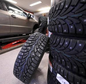 Dubb eller inte dubb? Forskning visar att dubbade däck är säkrare på vinterväglag. Dock är det förbjudet att köra med dubbdäck på vissa platser.