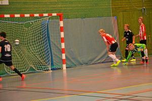 vad hände? Första matchen i allhelgonacupen blev en tuff omgång i rasande tempo mellan Fjugesta och Carlstad united. Hemmalaget förlorade, men reste sig och kom igen med den äran.
