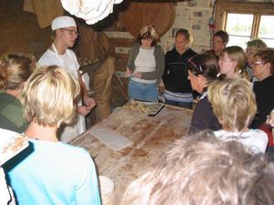 Bagare Stefan Berg instruerar i brödbak på kurs i Långhed i helgen.