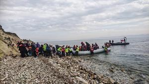 Båtlandning nedanför Katja. Många barn ombord, flera spädbarn.