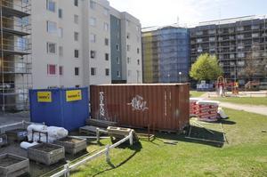 Just nu jobbar friman med två hus Norra Köpmangatan parallellt. Flera föräldrar menar att miljön är farlig för barn.
