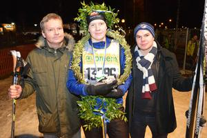 I mitten står Robert Hagelin som togs emot av sin far, Jan Rikkinen, och hans lillebror, Fredrik Hagelin.