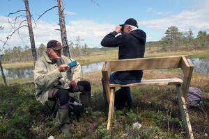 Bengt Ehnström berättade och visade upp den rika floran runt vandringsleden.