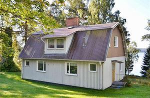 På en sjötomt ligger den här villan på Laggarudden i Ludvika.