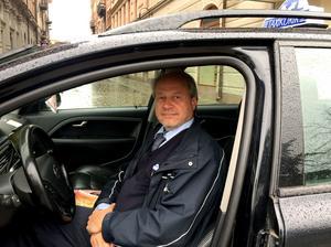 Mopedbilen är ofta först i kön. Taxichauffören Lars-Göran Hast hamnar inte sällan bakom  en mopedbil, exemplevis på Alnöbron.