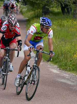 Vanlig syn. Morasonen Nicklas Axelsson i dragposition i klungan. Nicklas fick göra i stort hela jobbet när de försökte komma i kapp utbrytarna från Cykelcity.