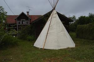Amerikanskt. Eget konstruerat indiantält som boende för några. Foto:Karolina Lundgren