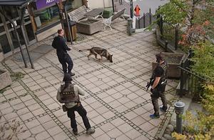 Polisen söker efter rånarna vid Astras huvudkontor.