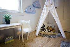 Tältet och kuddarna i det är gjorda av Madelene tillsammans med en vän.