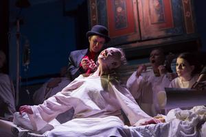 Mefisto, Arabella Lyons, gör upp kontraktet med Faust, Anna Andersson.