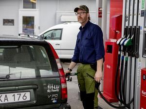 Jörgen Ödmark på OK får många samtal om bensinpriset från folk i närområdet som brukar passa på att tanka när de passerar Härnösand.