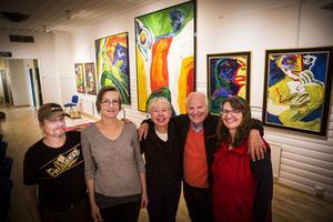 Pekka Ronkainen, Marie Jonsson, Virve Arama, Curt Aspelin och Ingrid Ronkainen håller i helgens förhandsvisning av Bengt Lindströms oljemålningar i utställningen