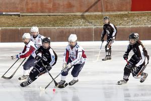 Tova Grönoset försöker nå bollen i 3–0-segern mot Nässjö. Nu ligger SAIK på slutspelsplats inför den sista omgången.