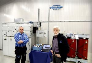 SENASTE. Torbjörn Pettersson och Allan Lundström, företagets grundare, visar ett av de senaste uppdragen som omfattar både ställverk och transformatorer.