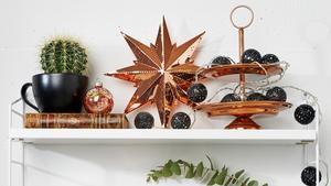Samla fina metallföremål på samma ställe. Julstjärna och kakfat kommer från Ica Home.