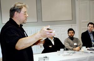 Fredrik Throzell från Nora Lindefrakt berättade på BNI-frukosten om oväntade kontakter genom affärsnätverket.