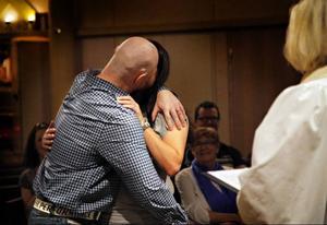 Kyssen - som möttes av suckar av förtjusningen i församlingen.