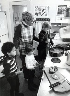 Ofta är några av barnen med och hjälper till att laga maten, här har Elly Lundevall fått hjälp av Martin Rander, Sophia Groth och Åsa Wikström.