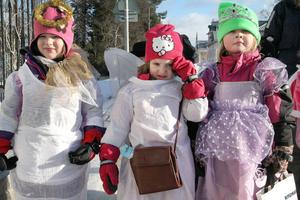 Tilda Mickelsson, Nora Persson och Matilda Nilsson Götesson var änglar och en prinsessa. Godis men även tandborste och tandkräm hade de hunnit få under rundpromenaden.