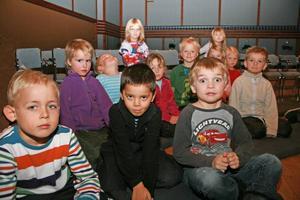 I väntans tider. Alla 5-åringar i Hofors fick chansen under måndagen att gå på teatern När är egentligen snart. Något som i alla fall William Schütmann upplevde som förvånande kul.