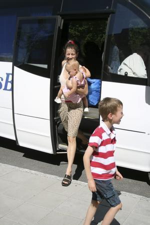 Badsugna. Ingrid Bergman med familj tog badbussen från Askersund till Hallsberg för sommarbad.