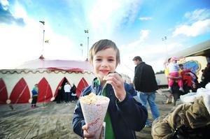 Ingen cirkus utan popcorn! Lelle Salathé, fem år, vet hur man förbereder sig inför ett cirkusbesök.