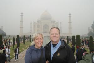 """Inspirerad. Marianne Ångström, Norberg, och hennes särbo Karl Karlsson, fick uppleva mycket under sin resa till Indien. Här står paret tillsammans utanför Taj Mahal. Det blev inte så mycket """"turistande"""" på resan, men några dagar spenderade de med att sola och bada."""