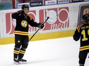 Mattias Nörstebö jublar efter ett av sina två mål i Brynäströjan i vinter. Nästa säsong blir han inte kvar i Gävleklubben.