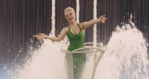 Scarlett Johansson spelar Esther Williams-liknande DeeAnna Moran, i