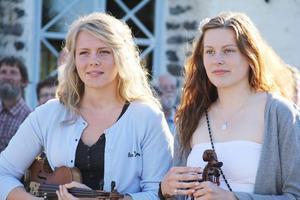 Det blir många spelmansstämmor för kusinerna Erika och Linnéa Backlund, som fick årets musikstipendium för ungdom.