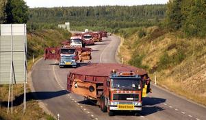 En transportkaravan passerar Ryggenbackarna utanför Falun.