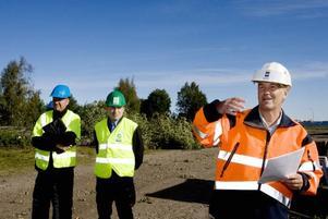 Lars Jansson, exploateringsingenjör på kommunens tekniska kontor och Johan Nordbäck från entreprenören DEC lyssnar till Sören Westberg, projektledare för saneringen av Stenborgskanalen.