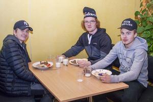Johannes Grip, Hampus Jäderberg och Alex Woxlin från fordonsprogrammet lät sig väl smaka.