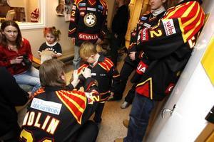 Kevin Westelius, sju år, hade fullt upp med att få autografer.