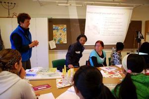 Inez Petrusson från hälsocentralen går igenom hur viktigt det är med handhygien.
