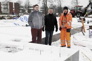 Mikael Reijer, Joe Lönngren och Anders Malm visar var entrén ligger i de nya husen. Husen vid Älvbrinken kommer att ligga sida vid sid med en carport emellan. I carporten finns förråd, miljörum och cykelförvaring.