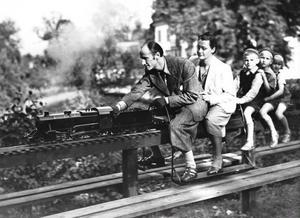 Hela familjen Öhlin susar fram på pappa Arvids lokomotiv med en kanske femårig Kerstin längst bak. Några av pappas alla instrument har senare  inkorporerats i Kerstins smycken.