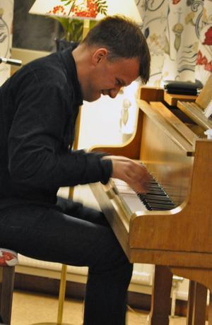Anders Widmark levererade en stämningsfull konsert med hjälp av pianot.