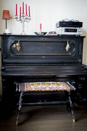 Skolan rymmer både ett piano och en gammal orgel.
