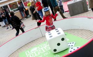 Snart sexåriga Ella Palmqvist från Östersund lyckades få en sexa när hon kastade den stora tärningen av skumplast. Hon var på stan tillsammans med den treårige lillebrodern Elis, mamma Karin och pappa Håkan.
