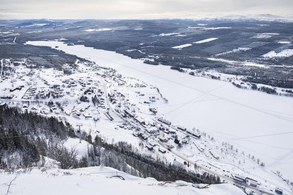 Funäsdalen, som skidåkarna på berget ser byn.